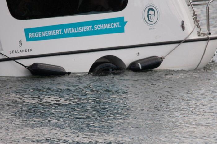 Schaut genau hin, es hat Räder. Wenn man rundrum geht findet man auch  eine Anhängerkupplung und ein Kennzeichen. Das ist ein schwimmfähiger Wohnwagen!