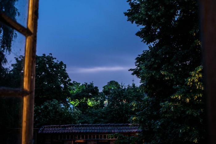 Widerschein eines Blitzes zwischen den Wolken.