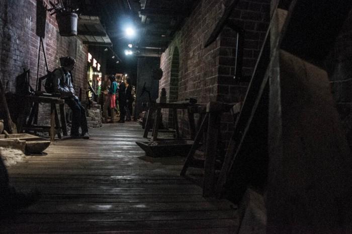 Hansezeit nachgebaut. Neben Markthallen und Ratsäälen wurde auch Straßenleben nachgestellt. Hausbau und Handel.