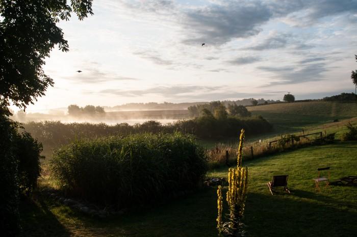 Zum Frühstück: Blick über Garten und See.