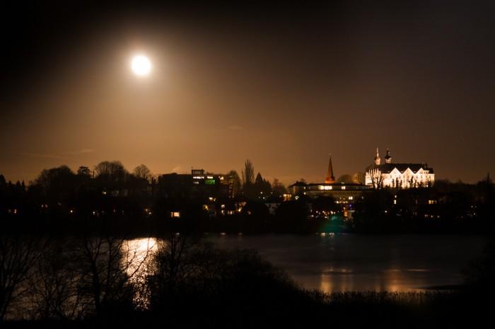 """""""Roter Mond überm Silbersee..."""" Vollmond über dem Plöner Schloss."""