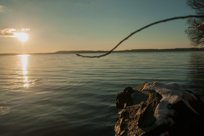 """Noch einmal einen Blick über den Plöner See schweifen lassen. Der Stein da vorn, der mit der Schneehaube, der erinnert mich an meine Lieblings-Weihnachtskekse bei meiner Mutter. Sonst nannte ich die immer """"zugeschneite Maulwurfshügel""""."""