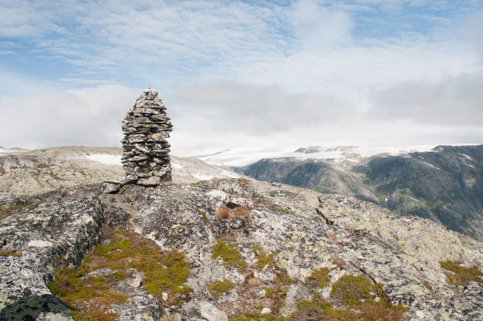 Steinhaufen markieren den Kamm bis zum Gipfel (hier.)