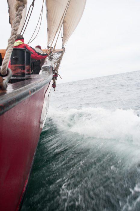Etwas Seegang schafft Abwechslung auf der Kreuz nach Laesø.
