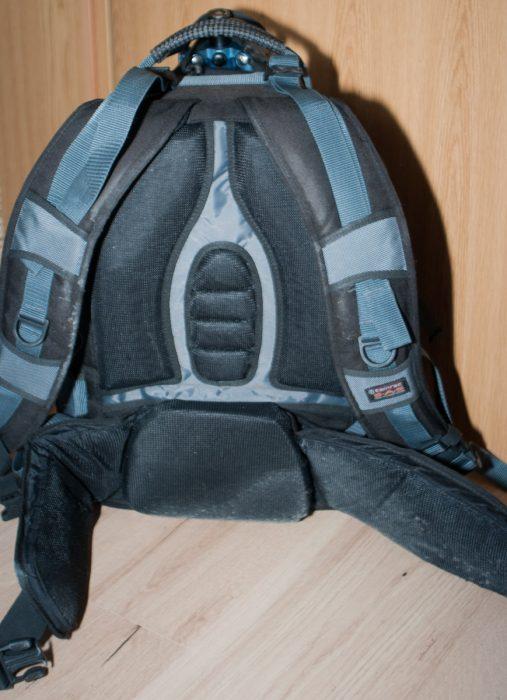 Der Rücken ist gearbeitet wie bei einem Wanderrucksack.